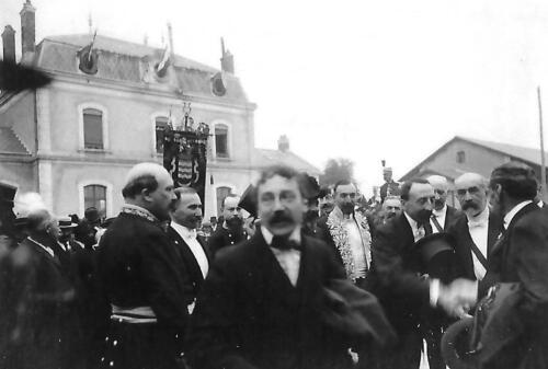 R. Poincaré devant la gare