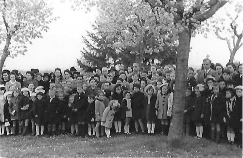 Cérémonie Monument aux Morts - Enfants devant le cimetière