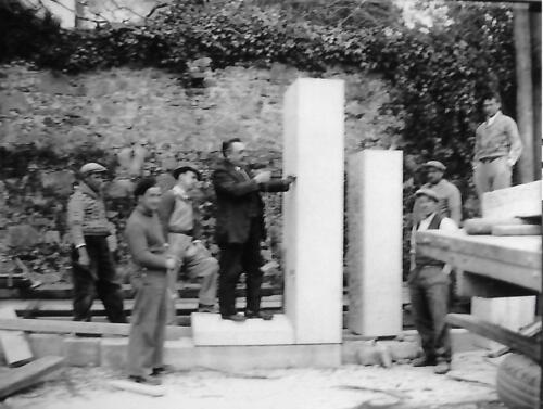 Construction du monument Pressemane - Ouvriers et le maire Valadas