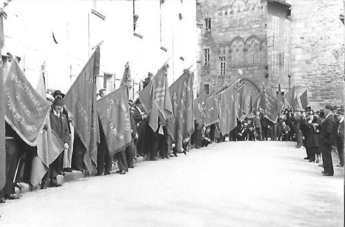 Une allée de drapeaux