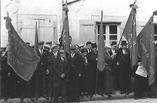 Les drapeaux devant la Mairie