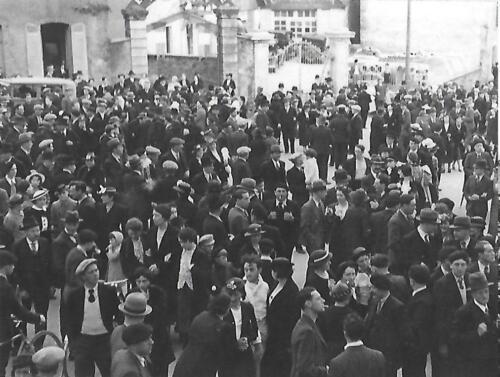 La foule devant l'entrée du lycée