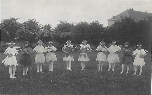 Groupe d'élèves costumés (1930)