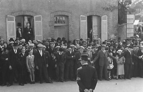 Le service d'ordre contient la foule devant le lycée