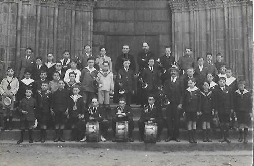 Groupe d'enfants portail collégiale (1930)