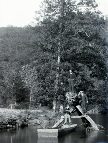 Jeunes hommes à la barque