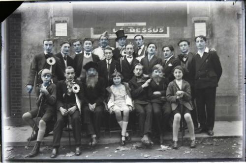Groupe théâtre costumé