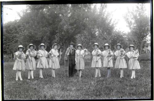 Jeunes filles costumées - Bergères