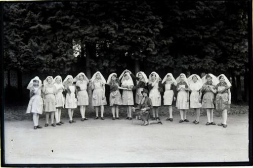 Jeunes filles costumées - Barbichets