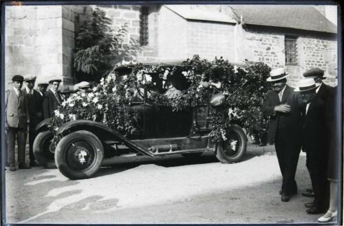 Fête - Automobile fleurie - Non situé