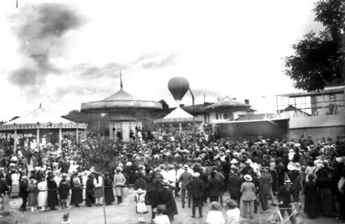 Fête foraine - envol d'une montgolfière