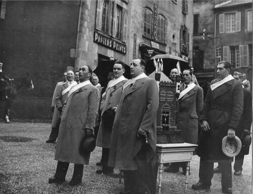 La Quintaine les confrères chantent devant Labouchet (1951)