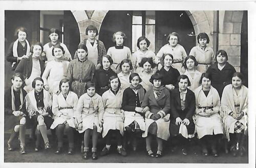 Groupe de 26 jeunes filles devant EPSJF (Noël 1934)