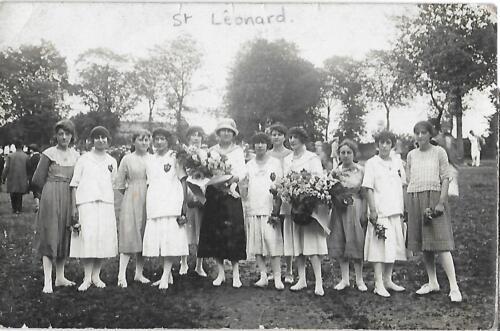 Groupe de 12 filles aux 2 bouquets (1930)