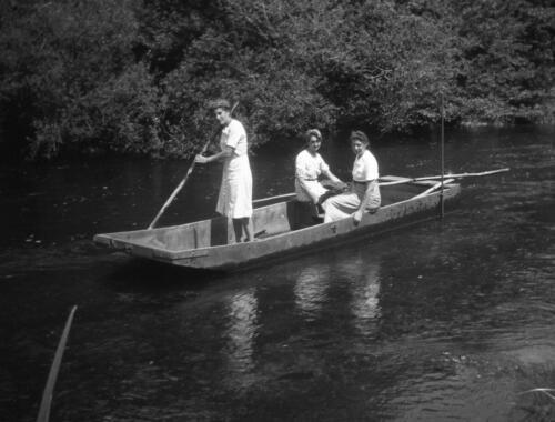 Trois filles en barque