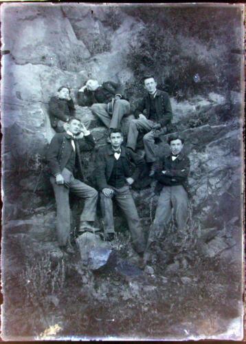 Jeunes devant des rochers