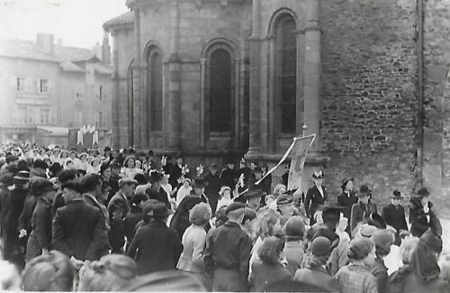 Ostensions 1967 - Devant la collégiale