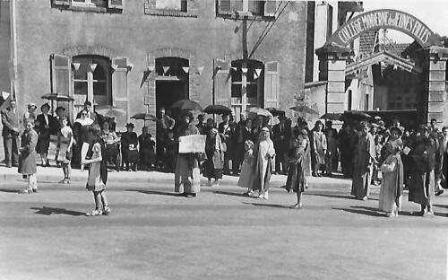 Ostensions 1953 - Devant l'entrée du lycée