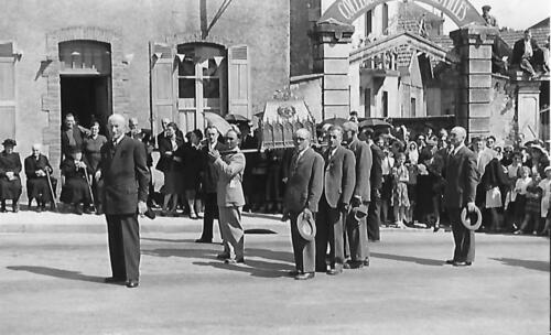 Ostensions 1953_2 - Devant l'entrée du lycée