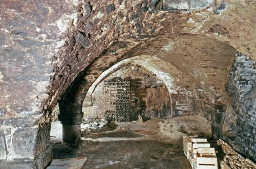 Cave voutée à deux vaisseaux