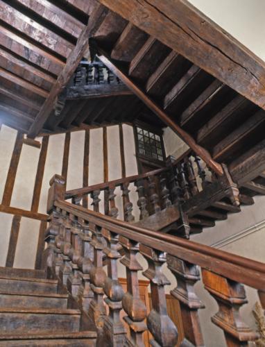 Escalier à balustres, à grand jour central