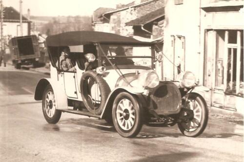 Automobile devant une épicerie, route de Clermont