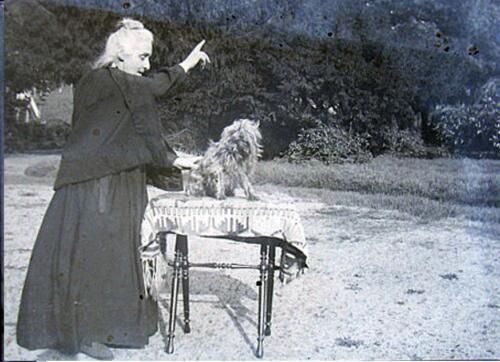 À Bassoleil - Mme Gay-Lussac et son chien (1900)
