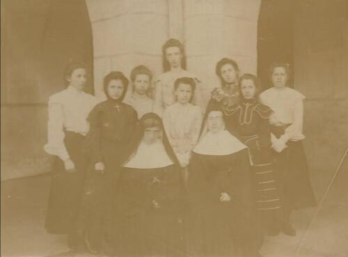 Jeunes femmes et religieuses