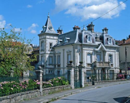 Maison construite sur le modèle des villas