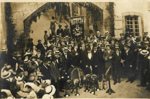 La fanfare devant l'arc de triomphe (août 1913)