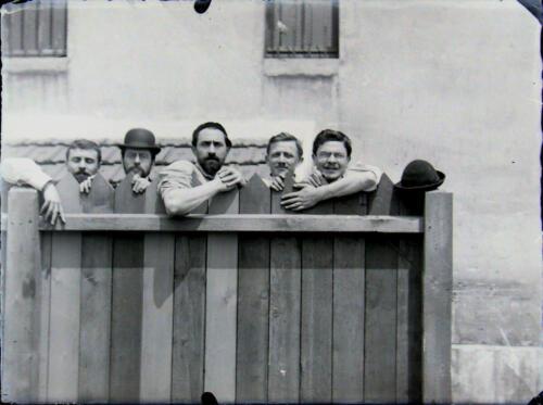 Groupe étudiants au portail