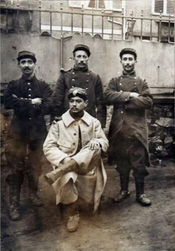 Militaires devant l'hôtel de la Boule d'Or (février 1915)